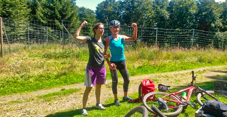 Zwei-Bikerinnen